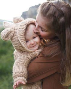 #materinity #family #familyphoto #mountain #photoshoot #idea #photoidea #baby Family Photos, Crochet Hats, Mountain, Photoshoot, Baby, Family Pictures, Knitting Hats, Photo Shoot, Family Photo