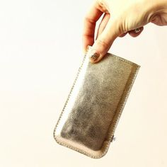 Goldenes Leder und ein Innenfutter aus Baumwolle schützen dein Lieblingshandy vor Schmutz und bösen Kratzern. Der Lederpulli für das iPhone 5(s) von Elektropulli