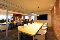 Vergaderzaal met glazen wand in een modern kantoor.