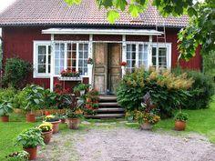 Jardim privado. Casa em uma pequena vila, Sundborn, na província de Dalarna, na Suécia. Esta é a casa Lylla Hyttnäs, onde a família de Carl Larsson viveu.  Fotografia: Vilseskogen no Flickr.