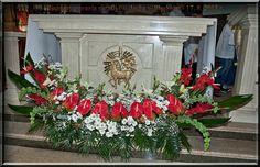 Ołtraz główny w kościele św. Jacka w Płoskiem. Altar Flowers, Wedding Ceremony Flowers, Church Flowers, Funeral Flowers, Funeral Floral Arrangements, Easter Flower Arrangements, Beautiful Flower Arrangements, Beautiful Flowers, Altar Decorations