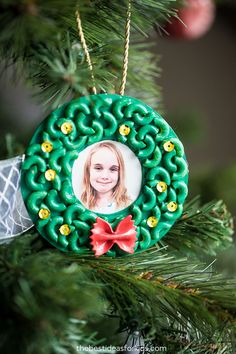 Pasta Christmas Ornaments - Kids Crafts - Pasta Christmas Ornaments – use macaroni noodles to make this Christmas wreath ornament! So easy - Kids Christmas Ornaments, Preschool Christmas, Christmas Activities, How To Make Ornaments, Christmas Fun, Christmas Decorations, Diy Ornaments, Christmas Design, Kids Crafts