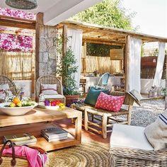Aquí nos pasaríamos toda la mañana. Y la tarde. ¡Y la noche! ¿Con quién te apetecería disfrutar de este espectacular exterior? . . #elmueble #terraza #terrazaelmueble #porche #exterior #silla #cojin #decoracion #interiorismo