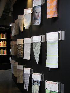 Stalen uit het TextielLab in de bibliotheek Textielmuseum