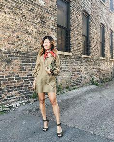 """Pin for Later: 13 Styling-Ideen für Hemdkleider Für die """"Girls Night Out"""": Mit einem Bandana und Sandalen"""
