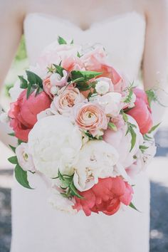 Coral, peach, blush and white bouquet. Photography: Edyta Szyszlo Photography - edytaszyszlo.com