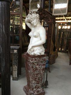 Antiek wit bruin marmeren beeld: Bachotte ... Te koop bij Medussa Heist op den berg
