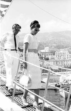 Maria Callas and Aristotle Onassis were introduced in They took a three-week cruise along the Greek and Turkish coasts in the summer of when their notorious affair began. (Onassis was then married to Tina Livanos. He left Maria to marry Jackie Kennedy in Maria Callas, Lee Radziwill, Master Class, Divas, Classical Opera, Greek History, Jacqueline Kennedy Onassis, Opera Singers, Foto Art