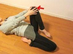 伸ばしている側の膝を立たせます。身体は自然に持ち上げた足側に傾きます。動きの流れに身を任せましょう。 この時点でストレッチされている感覚があれば、このまま味わいます。 立たせた膝を少しだけ上体の方に引き寄せます。 表側のももの筋肉がじんわりストレッチされる強さで行ってください。