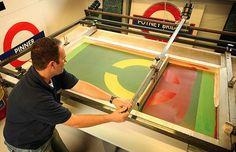 """2. O Processo Serigráfico A serigrafia ou """"silk screen""""como é popularmente denominada, é tão importante para cada um de nós quanto a indústria textil ou a indústria eletro-eletrônica. Na verdade ela talvez seja ainda mais importante porque é absolutamente necessária como complemento em vários campos industriais e é imprescindível à comunicação humana."""