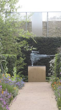 sculpture by anna gillespie | Chris Beardshaw's Chelsea garden