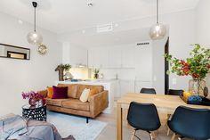 2-sala-apartamento-pequeno-colorida-sofa-couro