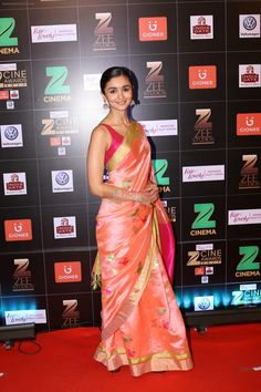 Alia Bhatt at Red Carpet Of Zee Cine Awards 2017 on March 2017 / Alia Bhatt - Bollywood Photos Trendy Sarees, Stylish Sarees, Indian Beauty Saree, Indian Sarees, Indian Dresses, Indian Outfits, Alia Bhatt Saree, Simple Indian Suits, Moda Indiana