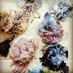 いいね!97件、コメント3件 ― Angelicaleaf Designerさん(@angelica_leaf)のInstagramアカウント: 「なんだか海の中に存在しそうな・・・むら染めしたレースや糸、オーガンジーをニードルパンチしたコサージュ。 EMA先生の個展よりパチリ❤ 髪飾りにしたり、バッグにつけたりアレンジも出来るので人気です。…」