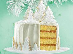 recette de glacage blanc au coco avec décoration de biscuits de sucre avec du coco râpé dessus, dessert de noel