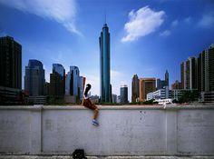 """""""Sitting on the wall - Shenzen 1"""", de Wen Fen (também conhecido como Wen Peijun). Veja mais em http://www.jornaldafotografia.com.br/noticias/fotografias-da-china-e-fotografos-chineses-para-celebrar-o-ano-novo-chines/"""