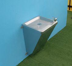Bebederos de agua para colegios Comuníquese con nosotros: (57) 1 5107544 300 721 76 64 Bogotá, Colombia.