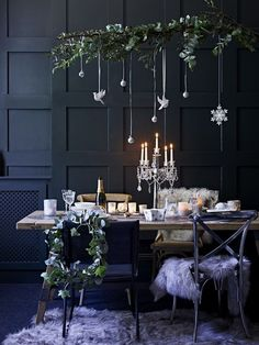 Earlier this week I talked about creating a fresh and simple scheme for an early Christmas lunch. But what if your family tradition involves a candlelit dinner instead? Well, its then time to up the glam factor and take the table decorations in another d
