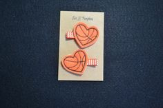 Cheer on our favorite basketball team with these adorable heart shaped basketball feltie hair clips!  The feltie comes securely attached to a