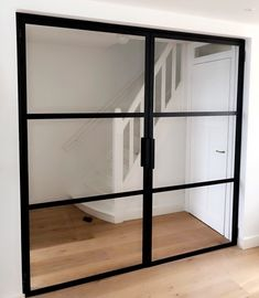 Dubbele stalen kozijn deur. #stalendeuren #steeldoors #Doorconcept Shelves, Windows, Doors, Interior Design, Modern, Kitchen, Furniture, Ali, House Ideas