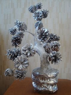 Best 10 could be silver or gold or any color to match decor….any branch and any vase…interesting.This says Pine Cone Art, Pine Cone Crafts, Christmas Pine Cones, Christmas Crafts, Pine Cone Decorations, Christmas Decorations, Pinecone Ornaments, Diy Bottle, Nature Crafts