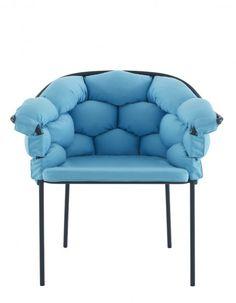 Un joli fauteuil bleu ciel constitué de boudins matelassés entrelacés dans une délicate structure en métal pour créer un fauteuil confortable pour l'extérieur comme pour l'intérieur.  Fauteuil Serpentine, Cinna, 767 €