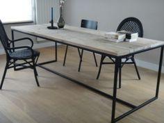 Tisch aus Bauholz mit Untergestell aus Stahl