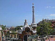Einen tollen Ausblick und noch mehr Gaudi gibt es im Park Güell. Ursprünglich als Gartenstadt geplant, in der eine Symbiose zwischen Natur und Wohnen entstehen sollte, wurden von den geplanten sechzig Gebäuden leider nur zwei fertiggestellt.……mehr über Barcelona unter: http://welt-sehenerleben.de/Archive/316/barcelona-die-grose-zauberin/  #Barcelona #Spanien #Urlaub #Reisen