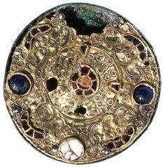 Fibule en verroterie du VIIe siècle.   © V. Brunet et J-J. Bigot, Inrap