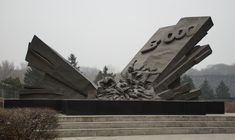"People's Republic of China. The Fushun Pingdingshan Massacre Memorial Hall is located at No.17 Nanchang Road, Xinfu District, Fushun City. On September 15, 1932, the Japanese invaders deliberately committed atrocities in Pingdingshan Village, Fushun in retaliation for the Liaoning people's resistance to their aggression. ""Pingdingshan Massacre"". At that time, there were more than 800 houses in the village, with more than 3,000 people and more than 500 households. Artigos Para A Casa, Monumentos, Estátuas, Setembro, Casas, China, Japonês, Construção, Pessoas"