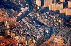 Las Ciudad Amurallada de Kowloon fue una  ciudad amurallada de unos 26.000 metros  cuadrados que residía a su vez dentro una  ciudad. Era una pequeña parcela de  territorio perteneciente al gobierno  chino, pero dentro de Hong Kong. Su  construcción se remonta al año 1842,  cuando la isla de Hong Kong pasa a ser  colonia británica, momento en el que el  gobierno chino levantan un punto de  control.