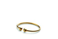 Ring with Two Micro Pearls Lille ring som er fin at kombinere med andre ring. Også fin at bruge som led ring, da den kan klemmes sammen, så den ikke falder af. str: 46 / 50 / 52 / 55