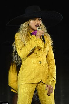 Beyonce looking entirely Queen Bey-like in a yellow pantsuit designed by Peter Dundas while he lead Roberto Cavalli. We'll miss his beautiful creations for the house. Beyonce Knowles Carter, Beyonce And Jay Z, Beyonce Formation Tour, Beyonce Photos, Beyonce Style, Queen B, Stage Outfits, Mellow Yellow, Girl Fashion