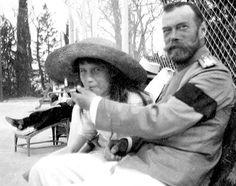 Queste immagini della famiglia Reale Russa, realizzate dallo zar stesso o dai suoi figli, risalgono quasi tutte agli anni della prima guerra Mondiale e sono immediatamente precedenti al momento in cui la dinastia Romanov fu travolta per essere sostituita dal Comunismo. Ritrovate nella camera di sicu