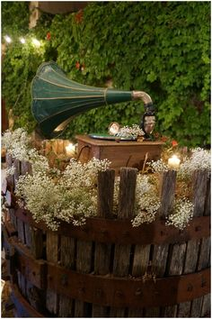 wedding decoration ideas vintage gramophone | Image Une Vie en Provence #decoracion #bodas #vintage