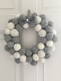 25 ideias de Guirlanda de natal com bolas de isopor Christmas Pom Pom, Crochet Christmas Wreath, Fabric Christmas Trees, Crochet Christmas Decorations, Xmas Wreaths, Diy Christmas Gifts, Wreath Crafts, Diy Wreath, Christmas Crafts