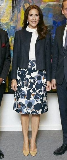 Crown Princess Mary in Hugo Boss skirt and Prada coat with Christian Louboutin pumps - Meeting with UNFPA Executive Director @ Foreign Ministry, Asian Plads, August 2015 Crown Princess Mary, Princess Style, Mary Donaldson, Denmark Fashion, Princess Marie Of Denmark, Queen Outfit, Royal Dresses, Danish Royal Family, Casual Work Outfits