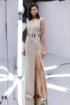 трендовая модель платья от Zuhair - разрез от бедра