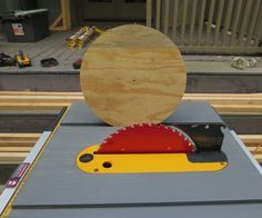 Cut Perfect Circles With a Table Saw Make a perfect circle using a table saw.Make a perfect circle using a table saw. Woodworking Table Saw, Small Woodworking Projects, Woodworking Patterns, Learn Woodworking, Woodworking Techniques, Woodworking Crafts, Woodworking Plans, Wood Projects, Woodworking Furniture