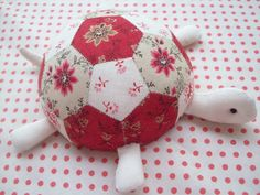 Sewing Cushion Turtle Pincushion - not a quilt but cute use of hexies :) Fabric Crafts, Sewing Crafts, Quilt Patterns, Sewing Patterns, Tatting Patterns, Small Sewing Projects, Hexagon Quilt, Hexagon Patchwork, Patchwork Cushion
