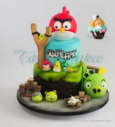 Such a creative and detailed work, for sure, this cake will amaze your guest at your Angry Birds party! - Cake by Tania Maroco. Torta Angry Birds, Cumpleaños Angry Birds, Angry Birds Birthday Cake, Angry Birds Cupcakes, Bird Birthday Parties, 1st Birthday Cakes, Angry Bear, Movie Cakes, Bird Cookies