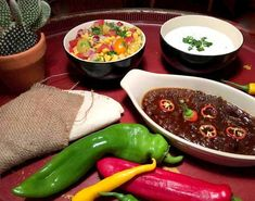 Frijoles refritos med frisk salsa og feta/lime-dressing