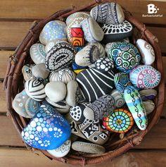 Sammelt ihr auch so gerne Steine? Ich mag ganz besonders die runden, glatten Steine die genau in meine Handfläche passen. Es versteht sich von selbst, dass meine Sammelkiste in regelmäßigen Abständen überläuft. Dann wirds wieder Zeit für ein steiniges Projekt! Steine bemalen ist für mich soetwas wie Maltherapie. Ich greife mir wahllos ein paar Steine aus meiner Sammelkiste und lege los, ohne großartig über das Ergebnis nachzudenken. Die Muster entstehen dann ganz von selbst. Manchmal wird es…