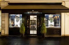 Vacheron Constantin has brought its luxury Swiss timepieces to a storefront in Paris. It is the company's boutique around the world . Shop Display Stands, Shop Window Displays, Zen, Pipe Shop, Vacheron Constantin, Hardware, Tv Decor, New Paris, Shop Front Design