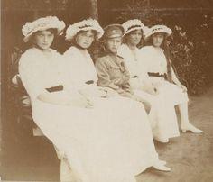 A partir da direita: Grand Duchess Tatiana Nikolaevna, Grand Duchess Olga Nikolaevna, Tsarevich Alexei Nikolaevich, Grand Duchess Anastasia Nikolaevna e Grand Duchess Maria Nikolaevna no Mogilev em 1916. OTMAA <3