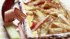 Gemüse statt Obstkuchen. Frischer Rharbarber in einem Bett aus Mürbteig und brauner Zucker runden diesen besonderen Kuchen ab.