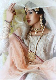 There was another bridal jewellery designer at PLBW 2014 that caught our interest at the showcase of powerhouse luxury designer Sania Maskatiya. Shafaq Habib House of Jewellery (SHHoJ) is an extrem… Bridal Looks, Bridal Style, Moda Indiana, Desi Bride, Asian Bridal, Portraits, Pakistani Bridal, Bridal Jewelry, Gold Jewellery