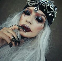 Best 25 gypsy makeup ideas on fortune teller Halloween Queen, Halloween Inspo, Halloween Makeup Looks, Halloween 2017, Halloween Outfits, Halloween Diy, Gypsy Costume, Queen Costume, Fortune Teller Costume