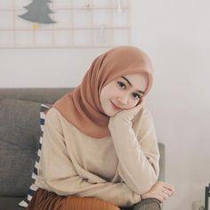 Hijab square from @mikhayla_shop 💞 Beautiful Hijab Girl, Beautiful Muslim Women, Modern Hijab Fashion, Muslim Women Fashion, Casual Hijab Outfit, Hijab Chic, Hijabi Girl, Girl Hijab, Hijab Jeans
