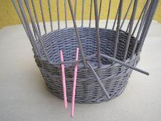 Přidáme si pomocné ruličky ( to jsou ty růžové ) a přes ně ohneme osnovy. Já zvolila variantu přes dvě, ale je možné začít jen přes jednu.